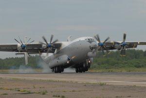 Die Antonow An-22 fliegt seit 1967 als militärischer und ziviler Transporter – ebenfalls mit NK-12-Propellerturbinen. Zur Zeit fliegt noch eine unabhängige Transporteinheit der russischen Luftwaffe mit diesem Flugzeug. Im Bild eine An-22 dieses Verbands bei der Landung. (#9)