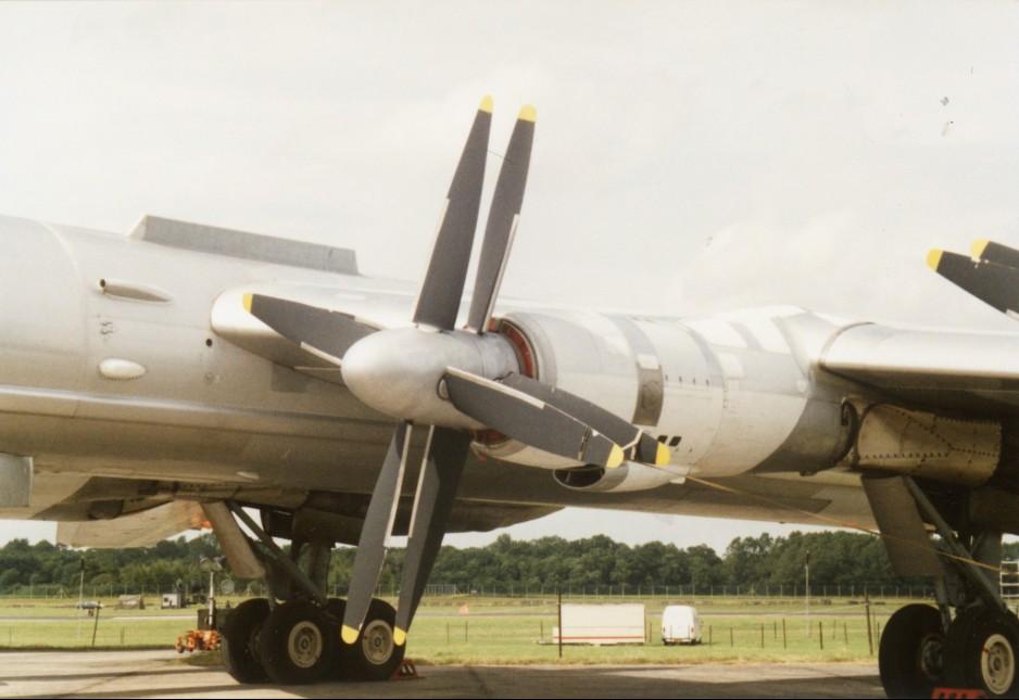 Die russische Kusnezow  NK-12M-Propellerturbine beruht auf den Forschungen von Junkers-Ingenieuren aus der späten Phase des 2. Weltkriegs. Das Bild zeigt eines dieser Triebwerke an einem Tu-95-Bomber. (#7)