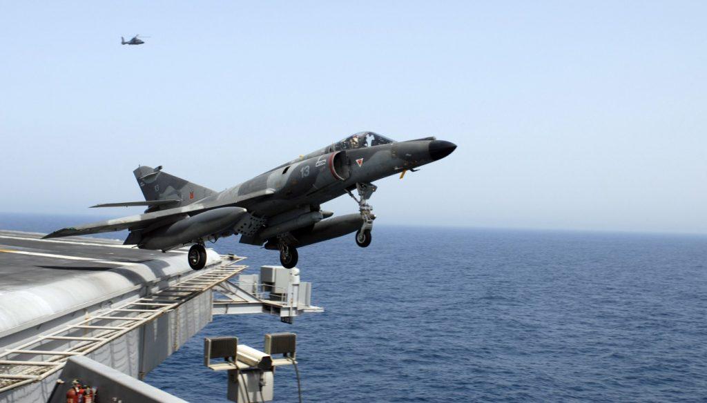 """Diese Maschine führt 2007 Start- und Landeübungen auf dem US-Flugzeugträger USS """"John C. Stennis"""" durch. Damals operierte die """"John C. Stennis"""" gemeinsam mit der """"Charles De Gaulle"""" im Arabischen Meer (#12)"""