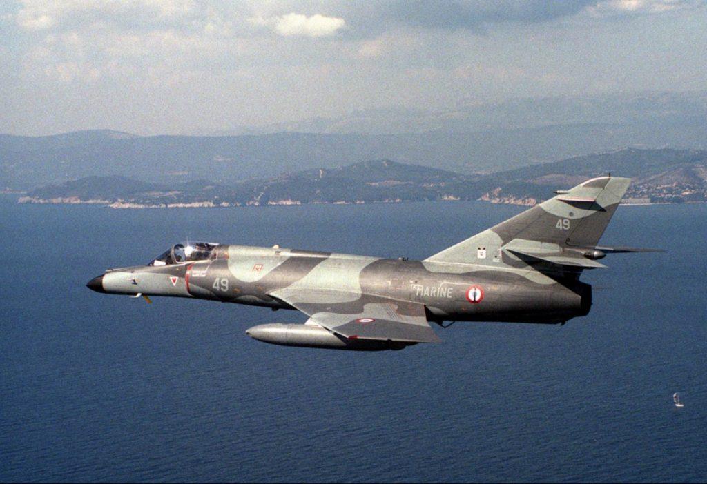 """Eine """"Super Etendard"""" bei einem Übungsflug, aufgenommen von einem Jet der U.S. Navy. (#04)"""