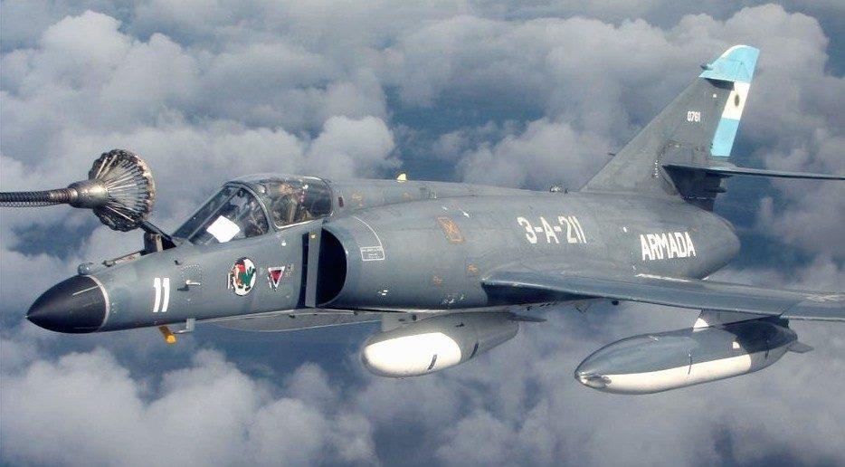 """Die argentinischen """"Super Etendards"""" sind die einzigen, die die noch fliegen. Argentiniens Marineflieger verfügen immer noch über zehn Maschinen, allerdings hat das Land keinen Flugzeugträger mehr. Im Bild eine Maschine beim Auftanken in der Luft. (#09)"""