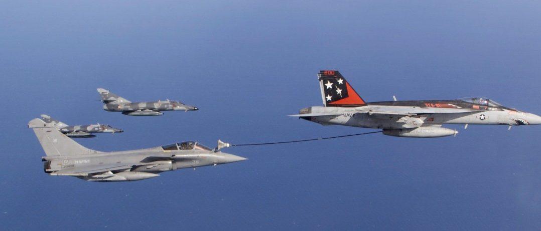 """Eine FA-18E """"Super Hornet"""" betankt eine Dassault """"Rafale"""" der Aéronavale, den Nachfolger der im Hintergrund sichtbaren """"Super Etendards"""". (#08)"""