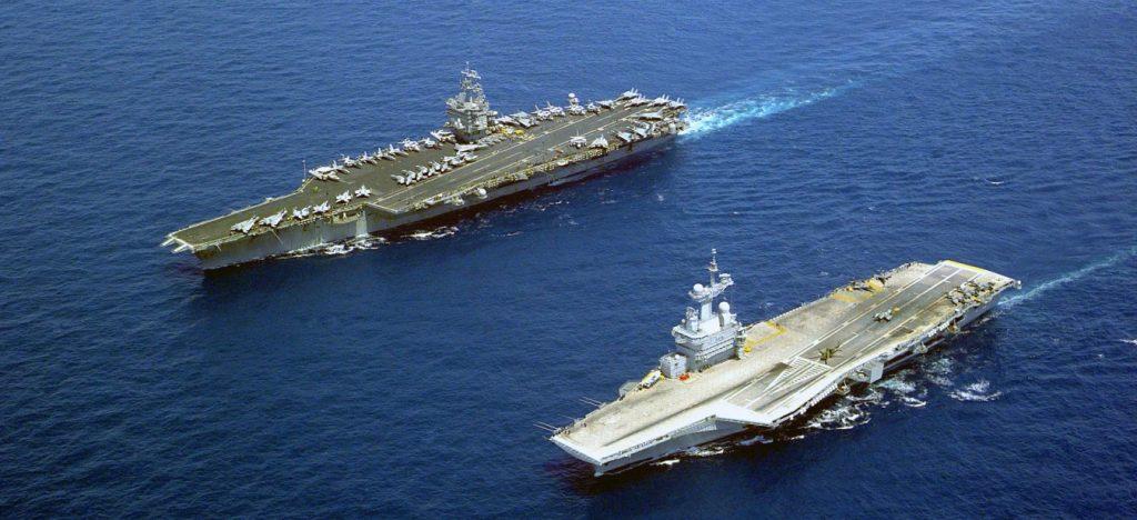 """Hier fährt der französische Nuklearträger """"Charles de Gaulle"""" (vorne) im Verband mit der USS """"Enterprise"""", dem ersten atomar betriebenen Flugzeugträger überhaupt. Die """"Enterprise"""" wurde 2012 außer Dienst gestellt. Die Aufnahme entstand 2001 im Mittelmeer. (#13)"""