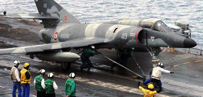 """Diese Aufnahme von 2008 zeigt eine """"Super Etendard"""" kurz vor dem Katapultstart vom französischen Flugzeugträger """"Charles de Gaulle"""".  (#05)"""