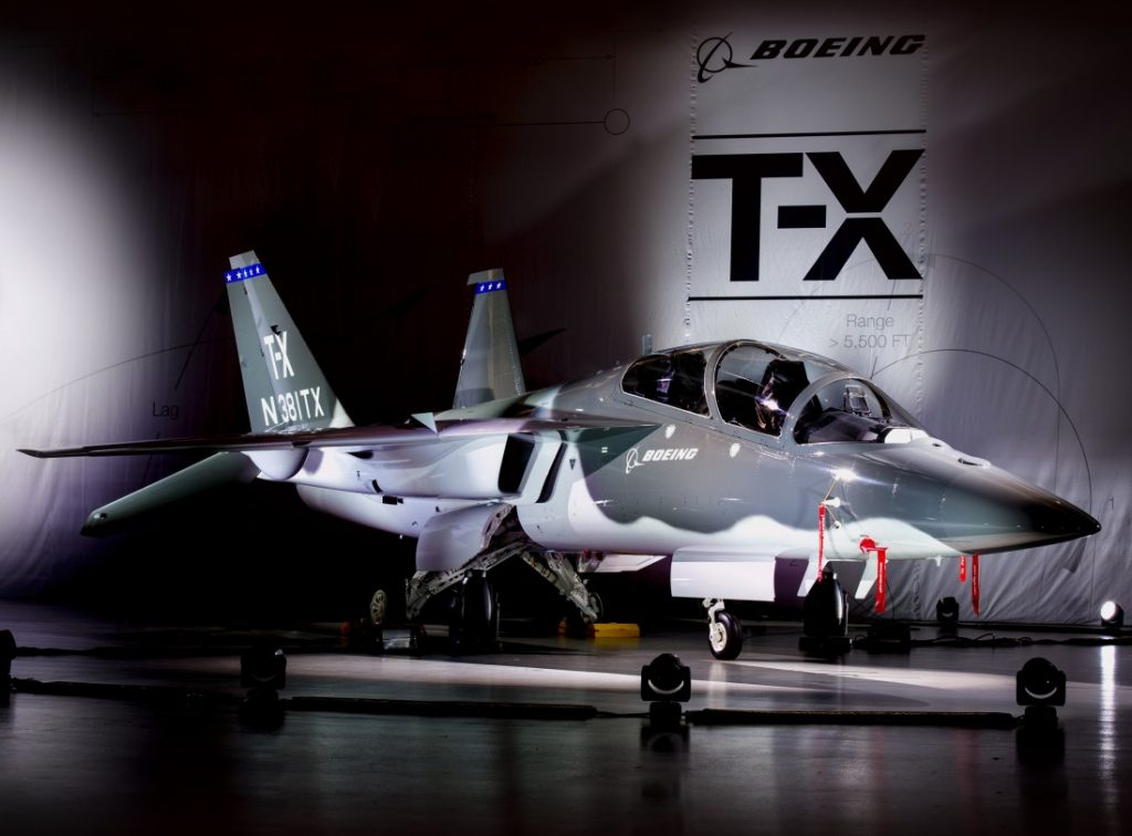 In der T-X sitzt die Besatzung hintereinander, ebenso wie in so gut wie allen Kampfjets mit Zwei-Mann-Besatzung. Der Flugschüler sitzt vorne, der Fluglehrer leicht überhöht hinten. Die Sitze sind geneigt, damit die Flieger die auf sie einwirkenden G-Kräfte leichter ertragen können. Die Boeing T-X wird als Jettrainer für Kampflugzeuge dienen wie  beispielsweise die Eurofighter Typhoon, die McDonnell Douglas F-15 Eagle, General Dynamics F-16 Fighting Falcon, Lockheed Martin F-35 Lightning II oder die Lockheed Martin F-22 Raptor (#03)