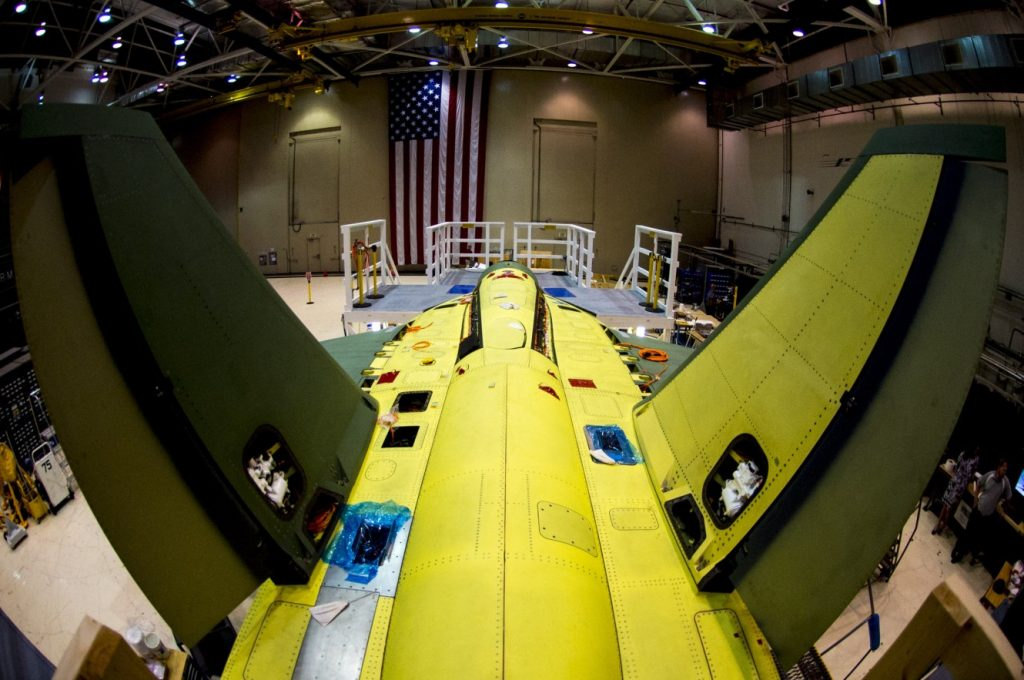 Blick auf den zweiten Prototypen der Boeing T-X im Bau. Offene Panels zeigen, wo noch Ausrüstung installiert werden muß. (#05)