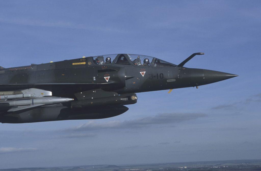 Ein Mirage 2000D-Jagdbomber im Tiefflug. Unter der Tragfläche eine AS-34-Luft/Boden-Rakete, unter dem Lufteinlauf ein Altis-Behälter zur Zielbeleuchtung für lasergelenkte Bomben und Lenkwaffen. (#01)