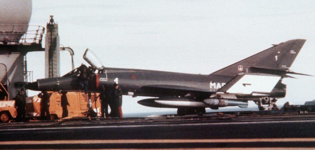 """Bestückt mit Bomben und Zusatztanks, wartet dieser Jet 1983 an Bord des Flugzeugträgers """"Foch"""" auf seinen nächsten Einsatz über dem Libanon. (#01)"""
