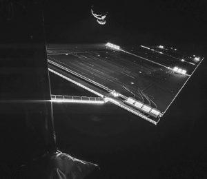 """Am 9. Februar 2014 gelang dieses Foto. Es zeigt einen der Sonnenpaddel von """"Rosetta"""" und im Hintergrund den Kometenkern. (#14)"""