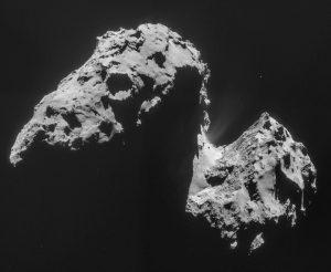 Der Komet 67P/Tschurjumow-Gerassimenko wurde 1969 von den Astronomen Klym Tschurjnow und Swetlana Gerassimenko entdeckt. Er braucht für eine Sonnenumkreisung rund 6 Jahre. Er misst etwa 4 km x 3,5 km x 3,5 km. Vom unteren Hantelende rechts zum oberen links sind es also rund 4000 Meter.  (#10)
