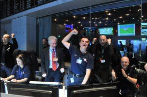 """Als """"Rosetta"""" sich nach langem Winterschlaf am 12. Januar 2014 wie geplant meldete, brach im ESOC in Darmstadt Jubel aus. (#07)"""