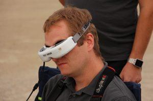 """Mit Hilfe der Spezialbrille """"Fat Shark"""" kann der Drohnenpilot durch die Bordkameras sehen und so sein Fluggerät steuern. (#07)"""