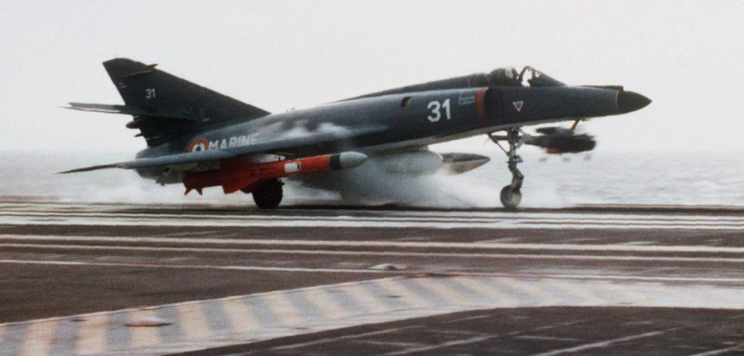 """Hier eine """"Super Etendard"""" mit einer """"Exocet""""-Rakete beim Start von der """"Foch"""" im Jahre 1983. (#05)"""