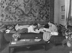 Thea von Harbou und Fritz Lang 1923 oder 1924 in ihrer Berliner Wohnung. (#02)