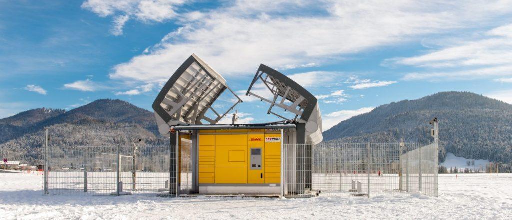 Um den Paket-Kopter landen zu lassen, klappt der Skyport sein Dach auf. (#04)