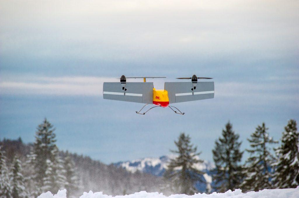 Ein kleines Kippflügelflugzeug landet dann mit der nächsten Paketladung und nimmt Pakete mit, die DHL-Kunden zum Verschicken deponiert haben. (#05)