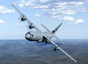 Der Grundentwurf der C-130 ist über 60 Jahre alt. Im Bild die verlängerte C-130J-30 mit Platz für bis zu 128 Soldaten. Alternativ können zwei bis drei Hummwee-Geländewagen, ein LAV-III-Achtradpanzer oder ein M-113-Schützenpanzer befördert werden.