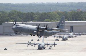 """Im Bild eine C-130J-30 der US-Luftwaffe beim Start. Im Hintergrund sind ältere H-Modelle zu erkennen. Neben den amerikanischen Luftstreitkräften haben auch 18 weitere Länder die """"J"""" im Einsatz oder bestellt,  darunter Großbritannien, Frankeich, Indien, Israel, Ägypten und Australien."""
