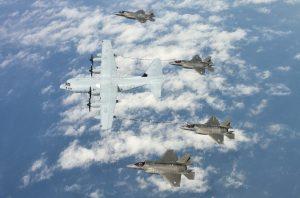 Mit entsprechenden Unterflügel-Behältern kann die C-130 auch als Tankflugzeug fungieren. Im Bild eine KC-130 des US-Marinekorps beim Betanken von vier F-35-Jägern.