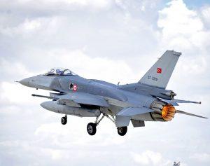 """Diese F-16C startet vom türkischen Fliegerhorst Konya aus zu einem Einsatzflug im Rahmen des Manövers """"Anatolian Eagle"""", an dem neben der türkischen Luftwaffe auch Flugzeuge aus Großbritannien, Jordanien, Oman, Katar und Spanien teilnahmen. (#3)"""