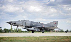 """Im Bild eine F-4E """"Terminator 2020"""", aufgenommen in Konya während des Manövers """"Anatolian Eagle"""". Die beiden türkischen """"Phantom""""-Staffeln standen von Anfang an zur legitimen Regierung. Die """"Terminator 2020"""" ist eine mit israelischer Hilfe entstandene kampfwertgesteigerte F-4E mit modernem Radar, digitalem Cockpit und komplett neuer Avionik. Die abgebildete Maschine ist mit einem israelischen AGM-142 """"Popeye""""-Marschflugkörper bewaffnet. Die """"Terminator 2020""""-Flotte wird als schwerer Jagdbomber eingesetzt und kann so gut wie alle modernen Präzisionswaffen abwerfen. (#4)"""