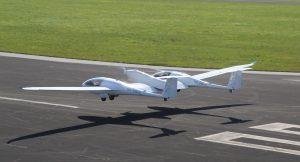 """Flugzeug mit Brennstoffzelle """"HY4"""" beim Start. (#4)"""