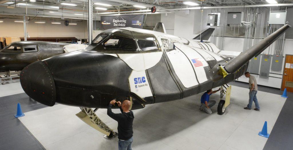 Der erste Prototyp im Bau. Im Hintergrund der technische Versuchsträger für Avionik-Experimente. (#1)