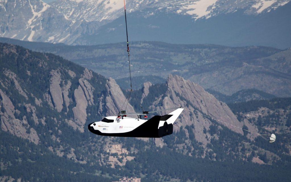 Die ersten Flugtests absolvierte die Raumfähre am Lasthaken eines Hubschraubers. (#6)
