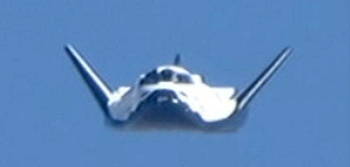 Im Oktober 2013 machte der Protoyp beim NASA-Zentrum Dryden einen ersten Gleitflug. Das Dryden Flight Resarch Center (2016 umbenannt in Neil A. Armstrong Flight Reserach Center) ist für den Testflugbetrieb der NASA verantwortlich und liegt am selben ausgetrockneten Salzsee wie die Edwards AFB, das Testzentrum der amerikanischen Luftwaffe.  (#7)