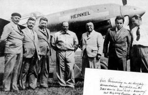 Dieses Bild von 1939 zeigt Ernst Udet (mitte rechts) und Ernst Heinkel (mitte links mit runder Brille) nach einem Flug Udets mit dem Rekordflugzeug Heinkel He 100 V-8. (#1)