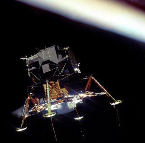 """Kein schnittiger Flitzer, dafür aber funktional: Die Apollo-11-Landefähre """"Eagle"""", aufgenommen aus dem Raumschiff """"Columbia"""". (#1)"""