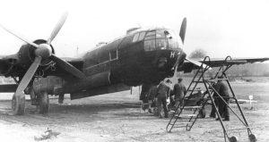 Bodenpersonal des KG 100 belädt eine He 177 mit Bomben. Die Aufnahme entstand am 21. März 1944. Der Tarnanstrich weist auf einen Nachtbomber hin, der Angriffe auf England flog. Bei der He 177 trieben immer zwei Motoren einen Propeller an.  (#6)