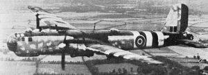 Eine von britischen Truppen erbeutete He 177 A-5 bei einem Testflug im September 1944 über England. Am Tarnanstrich, an den Flammenvernichtern unter den Motorgondeln und an den Waffenstationen unter den Flügeln ist zu erkennen, dass es sich um ein vorher beim KG 40 fliegendes Flugzeug handelt. An den Waffenstationen konnten ferngelenkte Gleitbomben und Lenkwaffen zur Schiffsbekämpfung mitgeführt werden. (#7)
