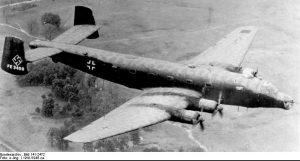 Flugaufnahme eines Junkers Ju 290 A-7-Fernaufklärers, der kurz nach dem Krieg in den USA erprobt wurde. Diese Flugzeug stand danach einige Jahre in einem Depot, bevor es verschrottet wurde.  Foto: Bundesarchiv via Wikimedia Commons (#5)