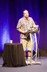 Auf dieser Konferenz sind es Christbaumkugeln und eine verrückte Hose – Matt Taylors Geschmack ist eben immer etwas eigen.