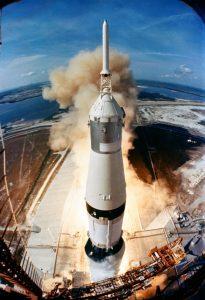 Start von Apollo 11 an der Spitze einer 110 Meter langen Saturn V-Rakete. Das Raumschiff mit den drei Astronauten saß an der Spitze, direkt darunter hinter einer aufklappbaren Verkleidung die eigentliche Mondfähre.  (#6)