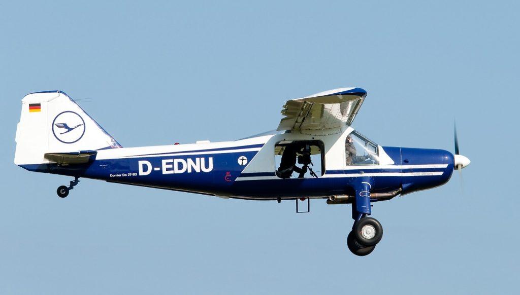Die Dornier Do 27 der Lufthansa Berlin-Stiftung im Vorbeiflug, aufgenommen bei einem Einsatz als Kameraflugzeug.  (#1)
