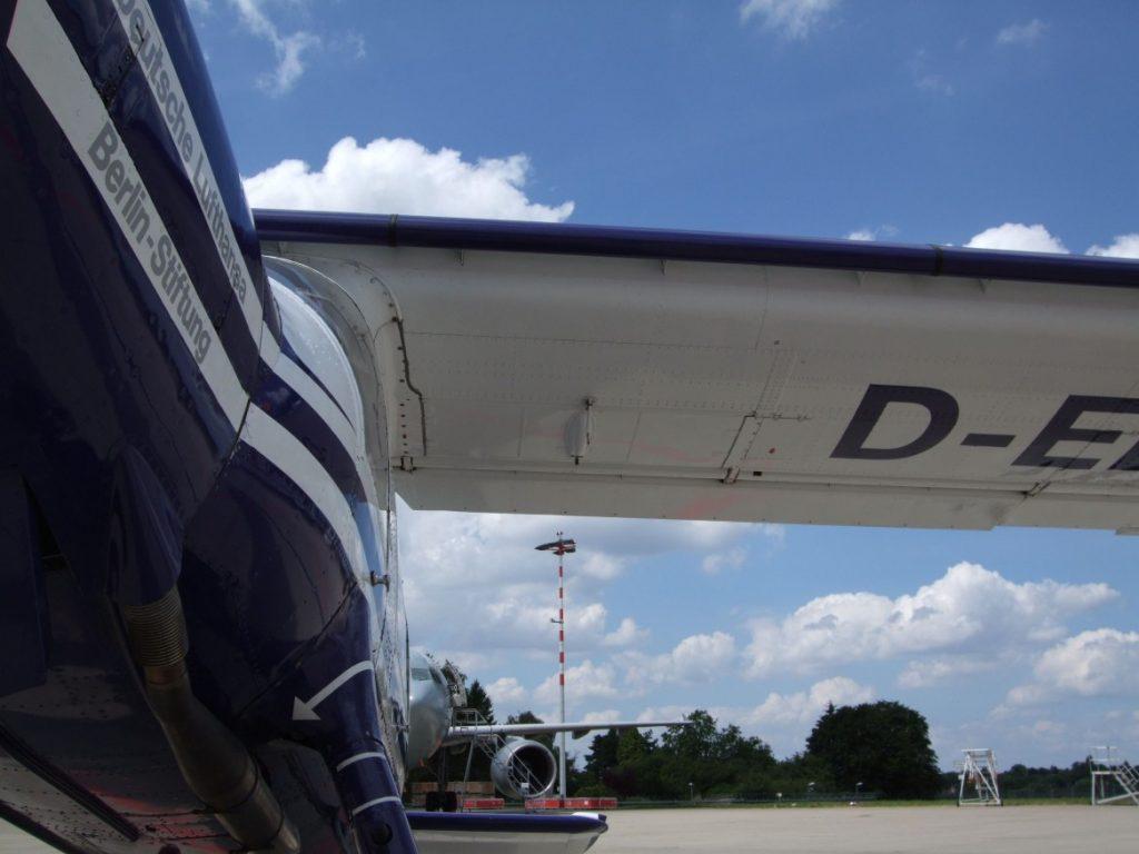 Rumpf-Flügelübergang an der Dornier Do 27, fotografiert von vorne unten. (#4)