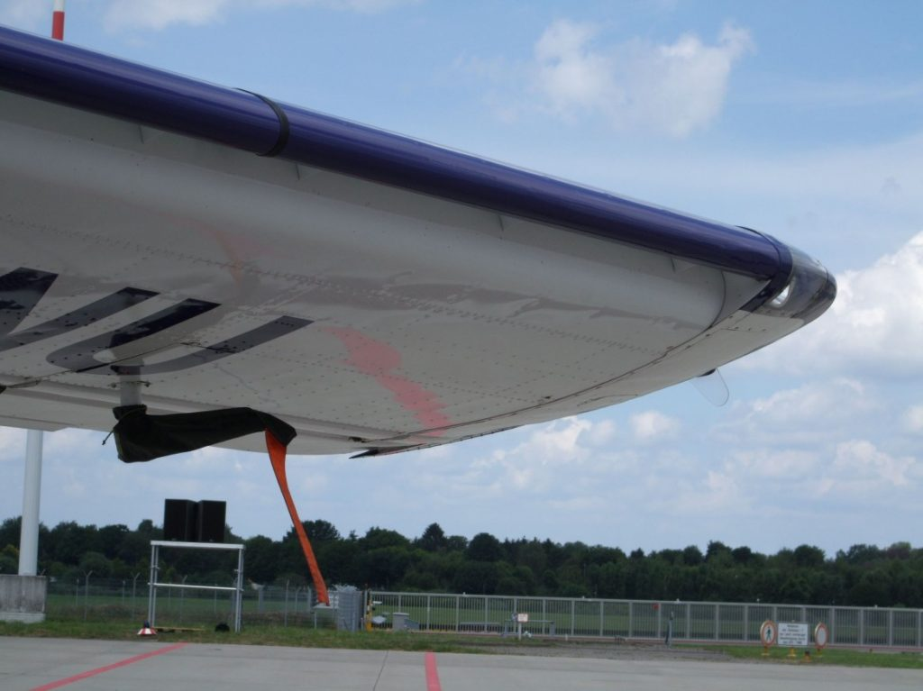 Aufnahme der Tragflächenspitze der Dornier Do 27 mit Positionslicht. (#8)
