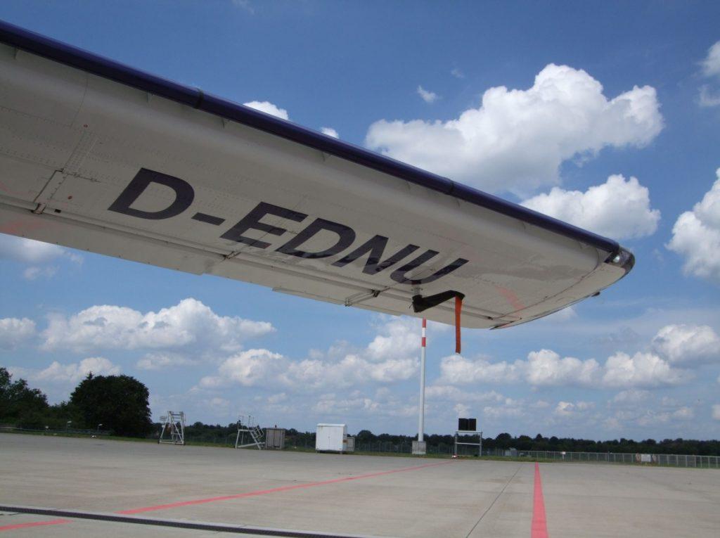 Flügelaufnahme von der Dornier Do 27 der Lufthansa Berlin-Stiftung. Das ausgefeilte Klappensystem ist gut zu sehen. (#5)