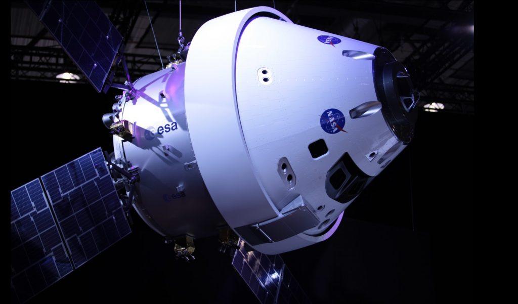 """Mit der """"Orion""""-Raumkapsel sollen in naher Zukunft US-Astronauten ins All fliegen – möglicherweise auch zu Mond und Mars. Das Nutzlastmodul ist eine ESA-Entwicklung, die auf dem europäischen Einweg-Raumtransporter ATV basiert. Einen ersten unbemannten Testflug hat es bereits 2014 gegeben. (#1)"""