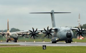 """Vorne eine A400M der Bundeswehr (Luftwaffe) beim Royal International Air Tattoo 2016 auf dem britischen Luftwaffenstützpunkt Fairford. Im Hintergrund eine C-130 """"Hercules"""". (#11)"""