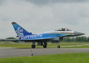 """Sonderlackierung eines """"Eurofighters"""" der Bundeswehr (Luftwaffe) aus Anlass von 60 Jahren Luftwaffe. Man darf gespannt sein, ob dieses Flugzeug auch zum 100. Geburtstag noch dabei ist – immerhin flogen die F-4F """"Phantoms"""" rund 40 Jahre mit dem Eisernen Kreuz. (#6)"""