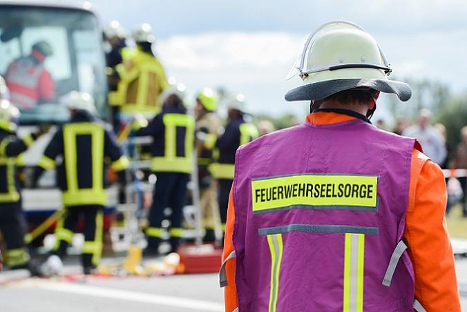 Der Unglückstag von Ramstein wurde auf diese Weise eine Art Impulsgeber für die Entwicklung von Notfallseelsorgemaßnahmen und Kriseninterventionshilfe-Teams. (#02)