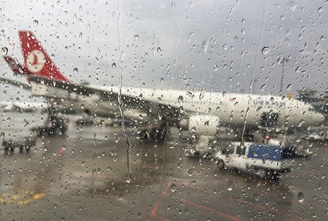 Witterungen, die die Sicht einschränken, wie beispielsweise starker Regen, Sturm oder Hagel sind häufige Ursachen für ein Flugzeugunglück. Technische Störungen sind eine weitere Ursache, die zum Absturz eines Flugzeuges führt.(#03)