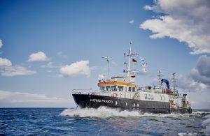 """Das Forschungsschiff """"Ludwig Prandtl"""" war unterwegs, um Wasserproben zu nehmen und die Meereswirbel näher zu untersuchen.  (#3)"""