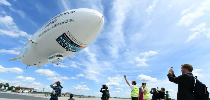 """Planetarium Hamburg: die Expedition """"Uhrwerk Ozean"""". Immer gut für ein Foto: Der Zeppelin NT beim Start."""