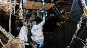 Techniker bei Testvorbereitungen am Satelliten in der Thermal- und Vakuumkammer. (#4)