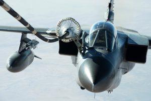 """Ein deutscher """"ECR-Tornado"""" der Bundeswehr (Luftwaffe), aufgenommen beim Nachtanken an einer KC-10 der U.S. Air Force nahe Mossul über dem Irak. (#7)"""
