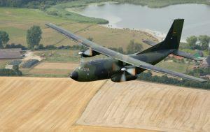 Eine im norddeutschen Hohn bei Rendsburg stationierte Transall C-160 der Bundeswehr (Luftwaffe) in geringer Höhe.  (#10)